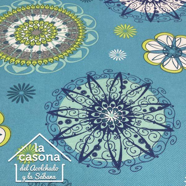enfoque tela polialgodón con diseños de mandala en fondo agua marina